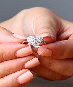 bague swaroskie jewelcandle porté dans une main de top model