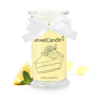 jewel candle bougie parfumee avec bijou . parfum tartre au citron. Nous voyons sur cette photo une bougie jewelcandle de couleur jaune avec des morceaux de citron a coté.