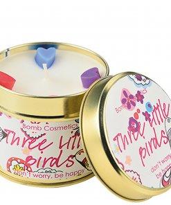 c'est une boudie Bomb cosmetics candle, parfum three litlle bird, un parfum floral et fruité . une boite en fer ou/et métal. trouver votre bougie